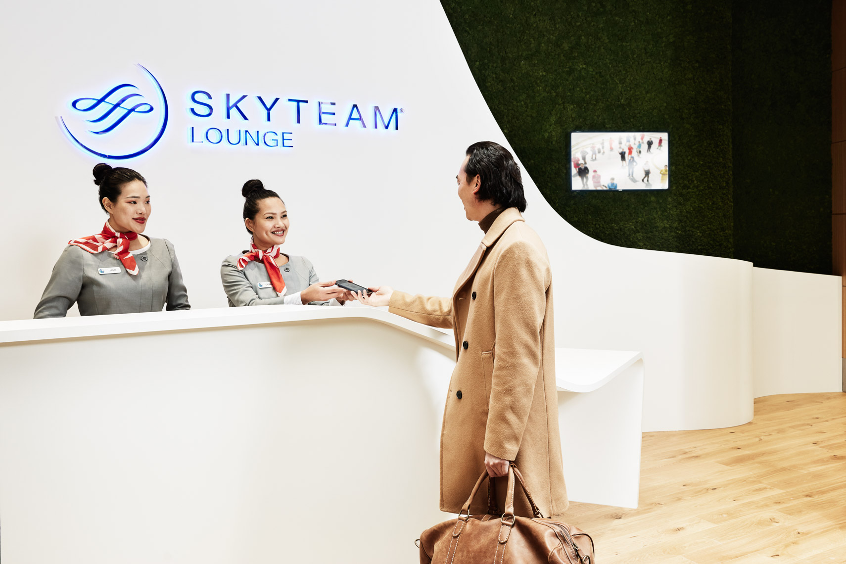 31.10.17_SkyTeam_People_HandingBoardingPass_25461